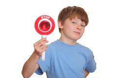 pojken visar teckenstoppet Arkivfoton