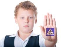 Pojken visar underteckna Royaltyfri Bild
