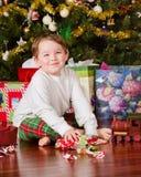 pojkepresents som packar upp barn royaltyfri fotografi