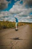 Pojkeridning på vägwaveborden Royaltyfri Bild