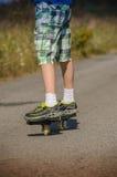 Pojkeridning på vägwaveborden Arkivfoton