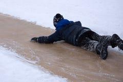 Pojkeritt med den stora isglidbanan arkivbild