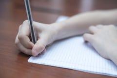 Pojkes hand med en blyertspenna Royaltyfri Bild