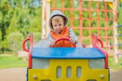 Pojkesammanträde i en träbil i lekplatsen Royaltyfria Bilder