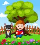 Pojkesammanträde och läsning en bok Arkivfoto