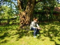 Pojkesammanträde på gunga Arkivbilder