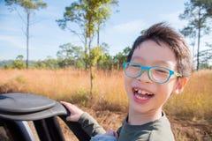 Pojkesammanträde på lastbilen och leenden Arkivbilder
