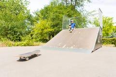 Pojkesammanträde på rampen som ner ser på skateboarden Arkivfoto