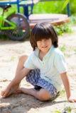 Pojkesammanträde på sanden royaltyfri foto