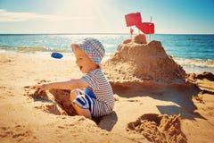 Pojkesammanträde som ler på stranden Arkivbilder