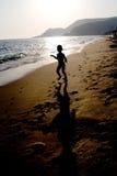 pojkesilhouette Arkivfoto