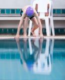 Pojkesimmare som får klar att hoppa i pölen Royaltyfri Fotografi