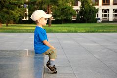 pojkesitting Fotografering för Bildbyråer