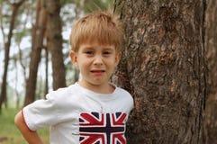 pojkeskrik som går little SAD till Arkivfoton