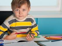 pojkeskrivbord little som är allvarlig arkivfoton