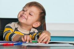 pojkeskrivbord little som är lyckad royaltyfri fotografi