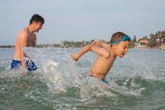 Pojkesonfader Play Sea Splashing Arkivfoto