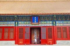 Pojkespring in i en kinesisk byggnad arkivfoton
