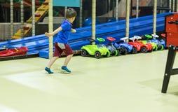 Pojkespring i inomhus lekplats royaltyfria foton