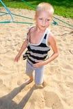 Pojkespring längs sanden Arkivbilder