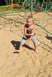 Pojkespring längs sanden Royaltyfri Foto