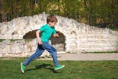 Pojkespring längs skogbanan Fotografering för Bildbyråer