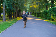 Pojkespring på vägen i parkera Royaltyfri Fotografi