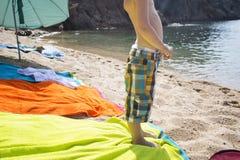 Pojkeställning på en strand och se havet Royaltyfria Foton