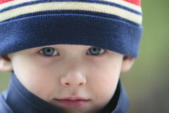 pojkestående fotografering för bildbyråer