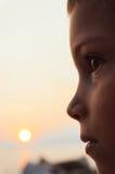 Pojkestående i solljus Arkivfoton