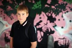 pojkeståendeskateboard Fotografering för Bildbyråer