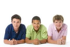 pojkestående tonårs- tre Arkivfoto