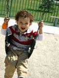 pojkesvängbarn fotografering för bildbyråer