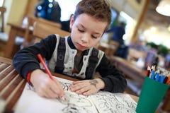 Pojketeckning i kafé Royaltyfri Fotografi