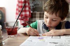 Pojketeckning med blyertspennor Fotografering för Bildbyråer