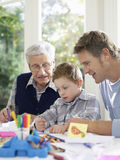 Pojketeckning med färgpennor med fadern And Grandfather royaltyfria foton
