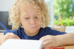 Pojketeckning på en anteckningsbok Royaltyfria Bilder