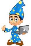 Pojketrollkarl i blått - tummar upp med bärbara datorn Fotografering för Bildbyråer