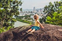 Pojketurist i den härliga sikten för bakgrund på Nha Trang och fjärd av bakgrunden för blå himmel för sydkinesiska havet i det Kh Fotografering för Bildbyråer