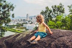 Pojketurist i den härliga sikten för bakgrund på Nha Trang och fjärd av bakgrunden för blå himmel för sydkinesiska havet i det Kh Arkivfoto