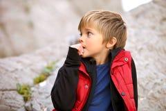 Pojketuristen oroar, och hans tuggor spikar Oskick Arkivfoton