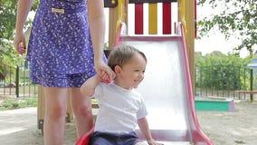 Pojkeungar på lekplatsen går från vertikalt lager videofilmer