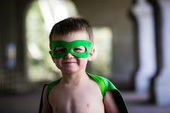 Pojkeuppklädd som superhero Arkivbilder