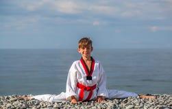 Pojkeutbildningen på stranden: Taekwondo sportar fotografering för bildbyråer