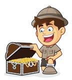Pojkscout eller utforskare Boy med en skattbröstkorg Arkivbild