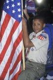 Pojkscout med en amerikanska flaggan Arkivbilder