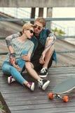 pojkvän med tatueringar och stilfull flickvän royaltyfria foton