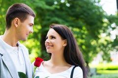 Pojkvän och flickvän som är lyckliga i parkera Arkivbilder