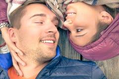 Pojkvän och flickvän som ligger ta selfie utomhus med det lyckliga framsidauttryckt som ser sig i ögon Par av vänner Arkivfoton