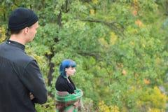 Pojkvänblick på hans ledsna flicka Vänner på Forest Park Arkivfoto